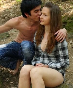 Парень привел Клару в лес и трахнул